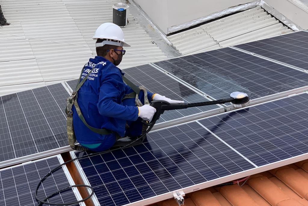 Manutenção de sistema solar fotovoltaico